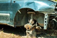在车祸事故的损坏的蓝色汽车与被抓的油漆和没有前轮 库存图片