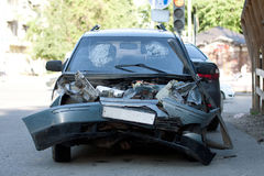 在车祸以后的损坏的车 免版税库存照片