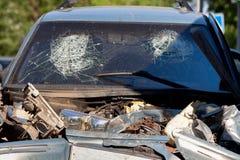 在车祸以后的损坏的车 库存照片