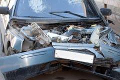 在车祸以后的损坏的车 免版税图库摄影