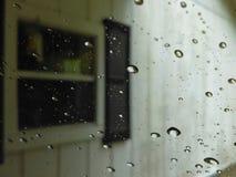 在车窗口的水下落 免版税图库摄影