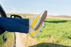在车窗外面的妇女腿 库存照片