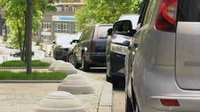 在车窗,污秽外面的司机投掷的垃圾在城市,肮脏的边路 股票视频