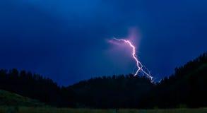 在车落基印第安人的公园的闪电风暴 免版税库存图片