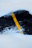 在车行道推进冬天雪的雪 免版税库存图片