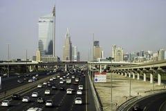 在车行道的交通在迪拜,阿拉伯联合酋长国 免版税库存图片