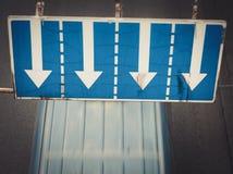 在车行道的交通标志 免版税库存照片