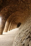 在车行道高架桥下的巴塞罗那有列柱小径 免版税库存照片
