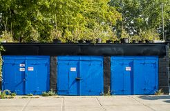 在车道的蒙特利尔蓝色车库 库存图片
