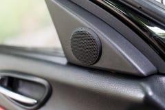 在车门的小高音扬声器报告人 库存图片