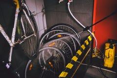 在车间为自行车服务专业洗涤物  手年轻白种人时髦的人特写镜头做自行车清洁usin的 免版税库存图片