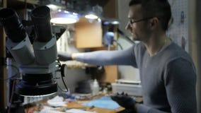 在车间修理一个非工作的智能手机 一台残破的膝上型计算机的修理在服务中心 影视素材