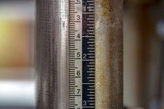 在车间的木匠整平机测量的工具 库存照片
