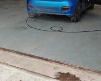 在车间车库的汽车有被检查的废气排放 库存照片