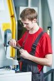 在车间的产业工人测量的工具 库存照片