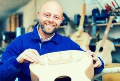 在车间的吉他制造者 免版税库存照片