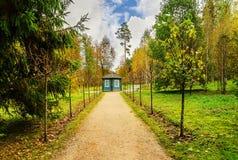 在轨道的交叉点的蓝色木眺望台在博物馆庄园Mikhailovskoe公园  免版税库存照片