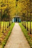在轨道的交叉点的蓝色木眺望台在博物馆庄园Mikhailovskoe公园  免版税库存图片