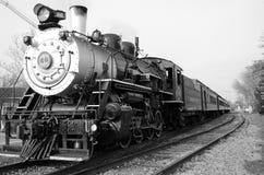 在轨道的历史的蒸汽引擎 库存照片