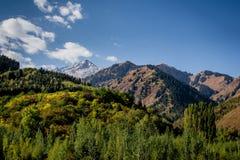 在轨道的山景向伟大的Almaty湖 库存照片