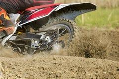 在轨道的摩托车越野赛竟赛者加速的速度 库存图片