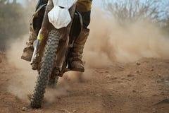 在轨道的摩托车越野赛竟赛者加速的速度 免版税库存照片