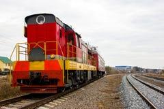 在轨道的红黄色活动火车 库存图片