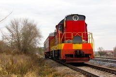 在轨道的红黄色活动火车 图库摄影