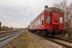 在轨道的红黄色活动火车 免版税库存图片