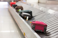 在轨道的行李 免版税库存照片