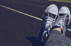在轨道的鞋子横渡的脚 免版税图库摄影