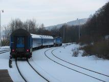 在轨道的离去的火车 免版税库存照片