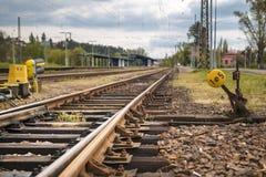 在轨道的细节铁路出席者 免版税库存照片