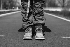 在轨道BW的儿童脚 免版税库存图片