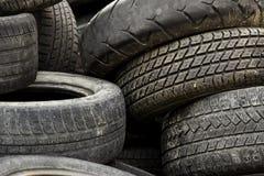 在转储的老车胎 免版税库存照片