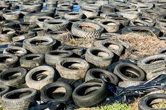 在转储,被禁止的rubish的轮胎 免版税库存照片
