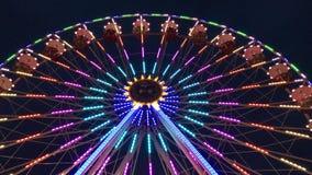 在转动在晚上-低角度4k的德国游乐园的弗累斯大转轮Riesenrad 股票视频
