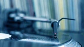在转动的乙烯基,记录背景的Dj铁笔 免版税库存照片