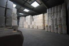 在转动的工厂堆积的棉花  免版税库存照片