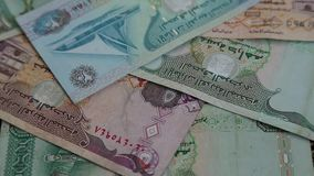 在转动的表面背景的阿拉伯金钱迪拉姆 股票视频