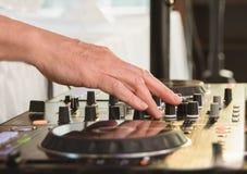在转动音乐接近的甲板后的DJ 免版税库存图片