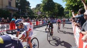 在转帐服务d `意大利每年多阶段自行车比赛的100th编辑的贝加莫阶段的到来可认识对骑自行车者白比诺葡萄, 库存照片