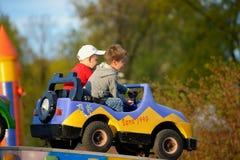 在转盘的两个兄弟乘驾 免版税图库摄影