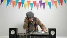 在转盘的快乐的资深使用的音乐 影视素材