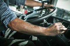 在轮子后的卡车司机 免版税库存照片