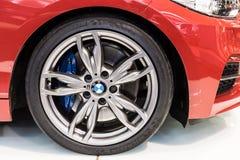 在轮子和断裂垫的BMW标志 免版税库存照片