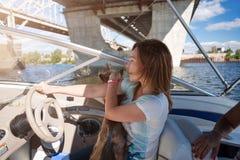 在轮子游艇后的妇女,享受自然和河风景,活跃水手女孩,女性驾驶的豪华水运输, summ 免版税库存图片