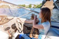 在轮子游艇后的妇女,享受自然和河风景,活跃水手女孩,女性驾驶的豪华水运输, summ 库存图片