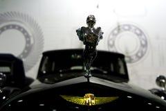 在轮子的专属葡萄酒汽车卡迪拉克有轮幅的 莫斯科,俄罗斯- 22 10 2016年 军用设备和减速火箭的汽车博物馆  免版税库存照片