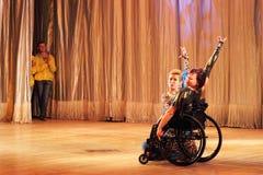 在轮椅的探戈 免版税库存照片